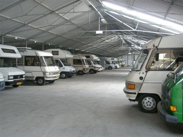 De helft van de camperaars stalt camper thuis