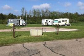 Er zijn aparte camperplaatsen gerealiseerd bij Camping De Plagge