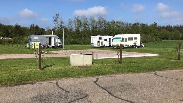 Er zijn aparte camperplaatsen aangelegd bij Camping De Plagge